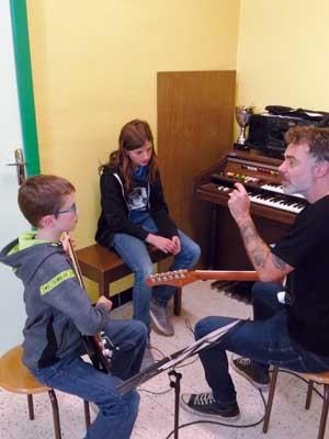 Photographie : élève pratiquant la guitare