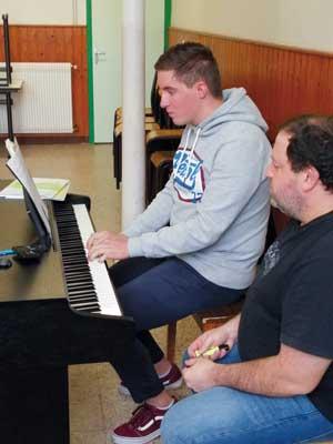 Photographie : élève pratiquant le piano