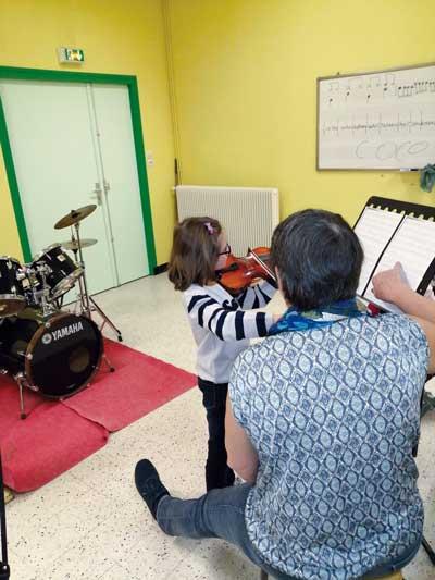 Photographie : élève pratiquant le violon