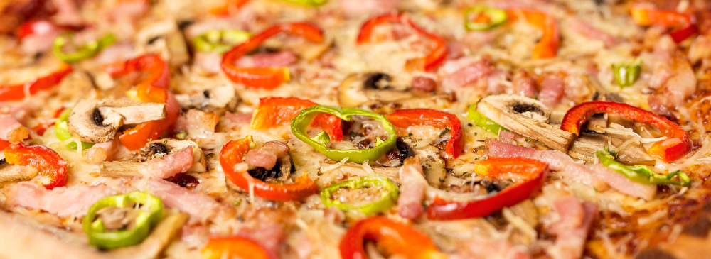 close-up-pizza-with-red-pepper-and-ingredients